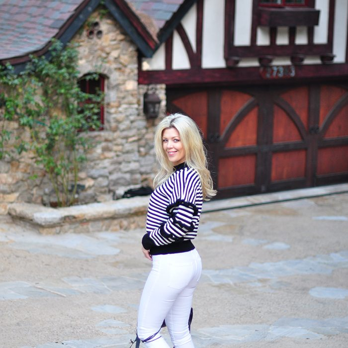 black and white outfit-white jeans-striped sweater-sneakers-vans