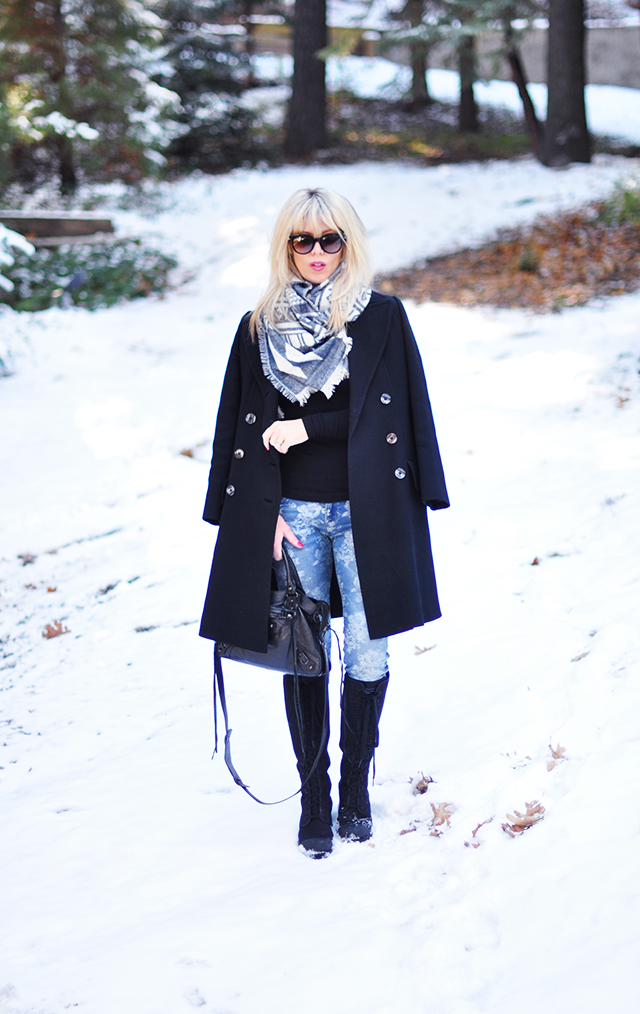 Black and blue outfit in the snow