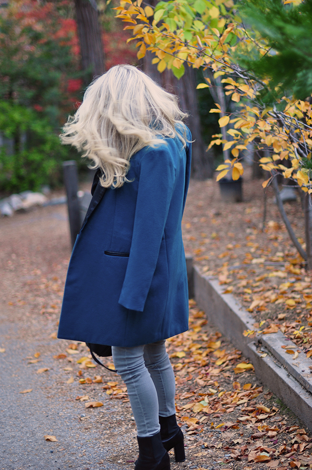 fall-style_fall-leaves_teal-coat-grey-jeans