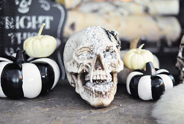 hallowen-decor_glam-skull_black-and-white-pumpkins