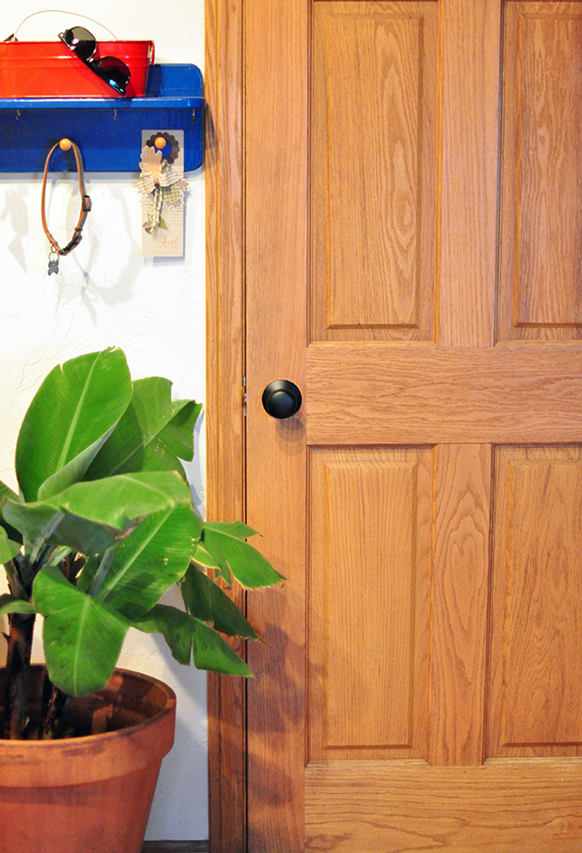 black-bronze-door-knobs_wood-door