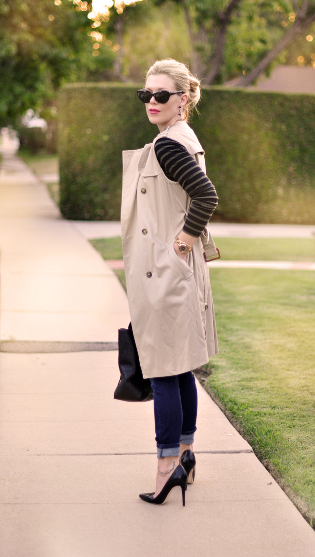 Sleeveless trench coat with jeans and stripes