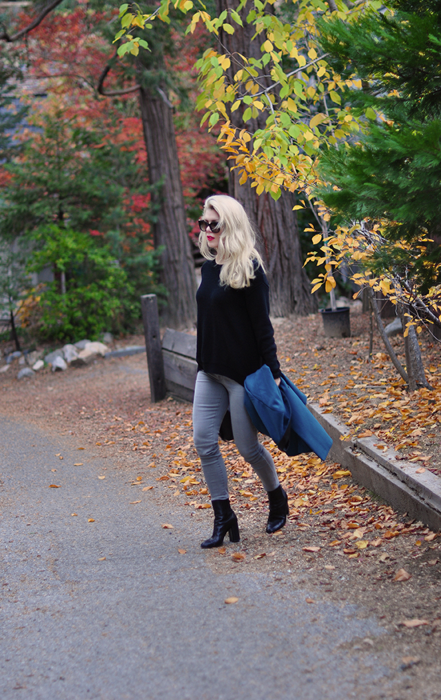 easy-fall-style_grey-jeans-black-sweater-teal-coat